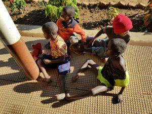 enfants Manomo 3 semaines voyage brousse